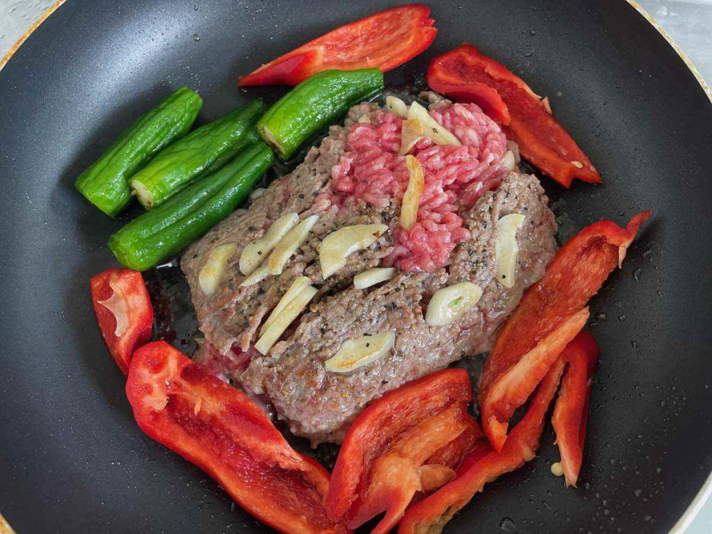 肉から出た油で野菜を焼く。