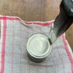 缶切りがないときに開けるには包丁を使う方法もあり